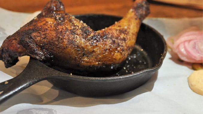 העוף המעושן – נתח של ירך ושוק ששרו במרינדת עשבי תיבול ועושנו במעשנה