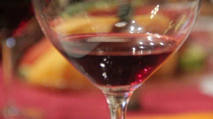 2014 HERITAGE מוצלח מאוד: 60% קברנה סוביניון, 40% סירה, 18 חודשים בחביות, הניבו יין עשיר בריח של פרי בשל ובטעמי שוקולד עמוקים, עם סיומת ארוכה מאוד