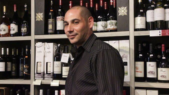 תומר לוי, המשווק של יקב יפו, הגיע לנתיב היין כדי להטעים ממגוון יינות היקב