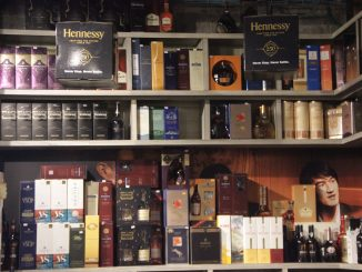 בחנות יש מגוון מעניין של יינות ישראלים ויינות יבוא, קוניאק משובח, ליקרים מעניינים, וכהילים כאלה ואחרים