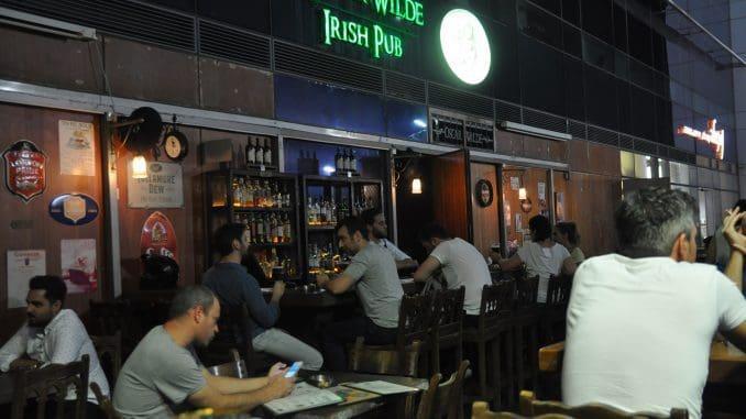 בשעות הערב פונה לצעירים ומבוגרים מגיל 24 ומעלה, האוהבים להתנסות בטעמי אלכוהול מעניינים באווירה קצבית נהדרת