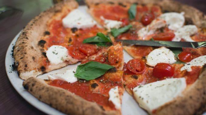 פיצה על בסיס גבינת מוצרלה, בזיליקום ועגבניות
