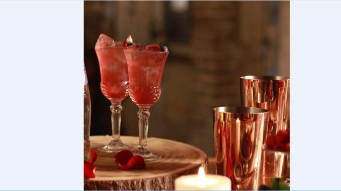 מוסיפים קרח עד למעלה ומשקשקים עד שהמשקה מתקרר היטב