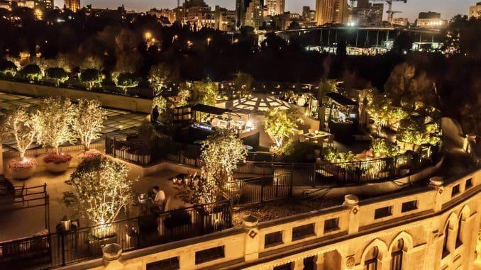 בר הקיץ של מלון וולדורף אסטוריה משקיף על קו הרקיע של ירושלים