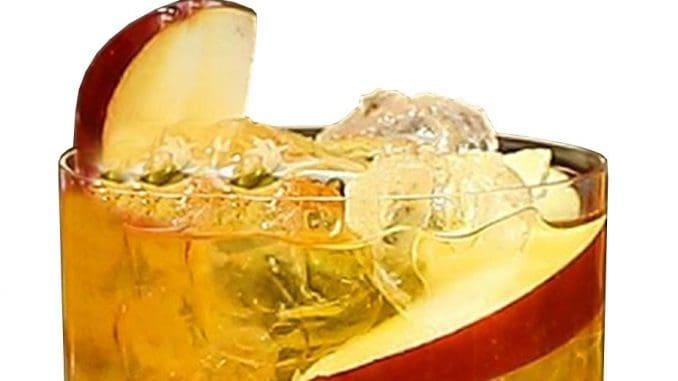 ממלאים בקרח ומערבבים בעזרת כפית ארוכה לפחות 10 שניות