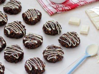 מקפיאים את העוגיות במשך כשעה להתייצבות. מקשטים בשוקולד לבן מומס