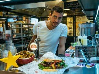 השף הידוע אביב משה פתח בשרונה מרקט דוכן של אוכל רחוב המבוסס על המטבח הטורקי