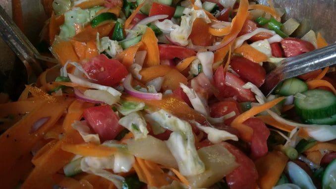 הסלט היה רענן וצבעוני, והכיל גם קולרבי אפוי שמכינים כחלק מתפריט המסעדה