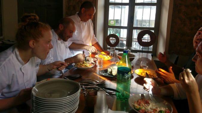 לעומת ההקפדה בעבודה ובתפריט, ארוחות הצוות קולניות ועליזות יותר, ומורכבות ממנות פשוטות ויחסית כבדות