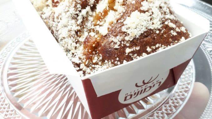 מפזרים מעל לתערובת העוגה את קוביות התפוחים המעורבבות במעט קמח וסוכר חום