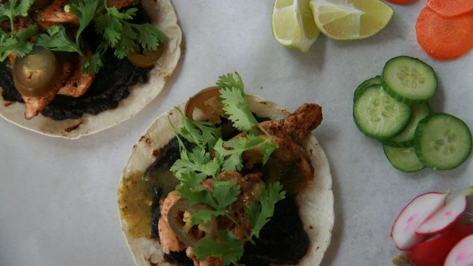 טאקו – טורטיה מחיטה או תירס עם מילויים כמו נתח קצבים, אסאדו, חזה עוף, דג או צמחוני