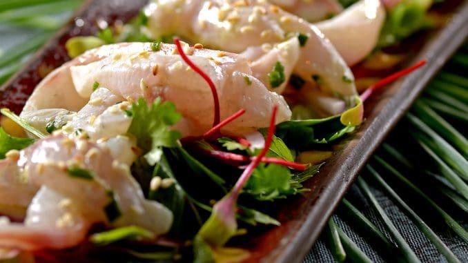 דג ברמונדי - מושרה בטקילה וליים עם סלט ועגבניות שרי בתיבול פלפלים מעושנים