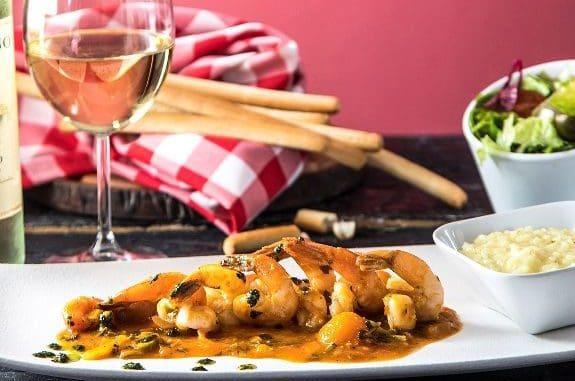 שרימפס מוקפץ עם עגבניות שרי פטריות ויין לבן לצד ריזוטו