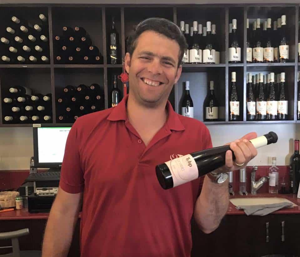 דוד בר-אילן חתום כיינן על יינות היקב משנת 2012