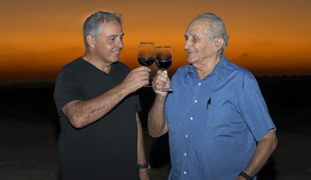 היין מיוצר על פי הידע הרב והניסיון אותו צברו פרופסור ברבדו (מימין) ופרופסור שוסיוב