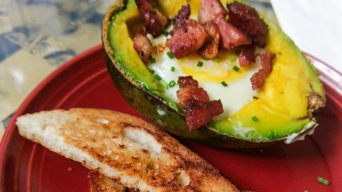 כוכב הארוחה: חצי אבוקדו שהוכנס לתנור עם ביצה במרכזו והוגש עם קוביות בייקון שנצלו על פלאנצ'ה