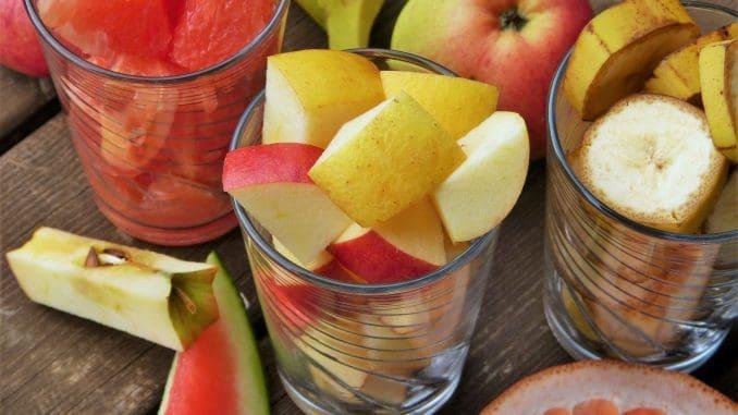 מומלץ לקחת כוס אישית של סלט פירות או של פירות חתוכים, או לשים בצלחת קטנה מהפירות שאנו אוהבים