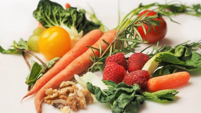 דוגמאות מעולות לחטיפים בריאים כוללות חטיפי חלבון, פירות, אגוזים, גזר גמדי או ירקות חתוכים