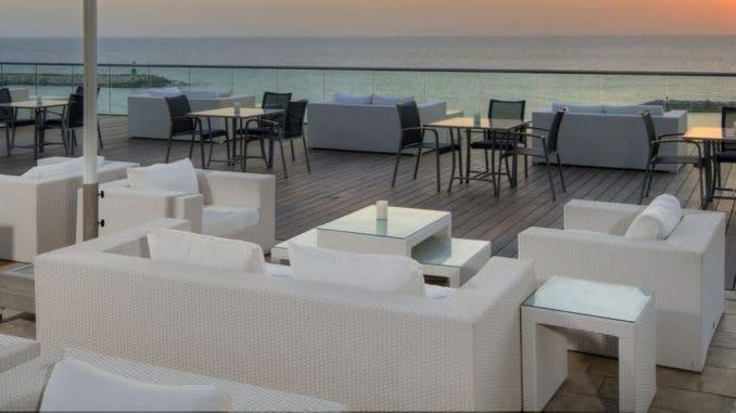 המרפסת צופה אל הים עם נוף מרהיב, אוכל מפתיע לטובה, ויותר מכל בריזה מרעננת