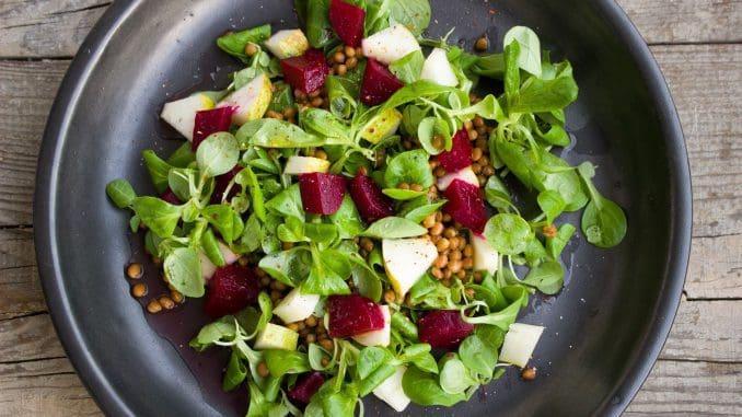 רצוי לתבל את הסלטים במיץ לימון, חומץ, חומץ בלסמי, חרדל, שמן זית או רוטב יוגורט