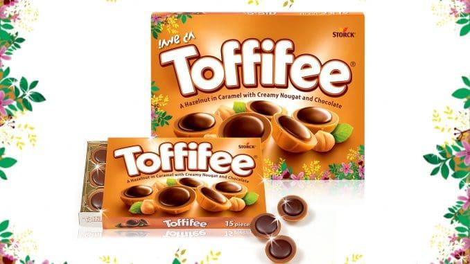 שוקולד טופיפי עשוי מאגוז לוז שלם ופריך, המצופה בקרמל וקרם נוגט, ומעליו מטבע שוקולד כהה ועשיר