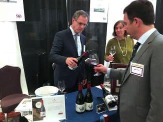 בתמונה הבעלים לני רקנאטי מוזג קריניאן פרא בתערוכתWine Spectator's New York Wine Experience 2016