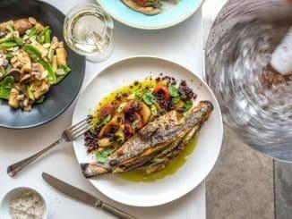 אופים את הדג בתנור שחומם ל- 220 מעלות כ- 18 דקות, עד שהדג אפוי לחלוטין ומילוי קרם העשבים מזהיב מעט