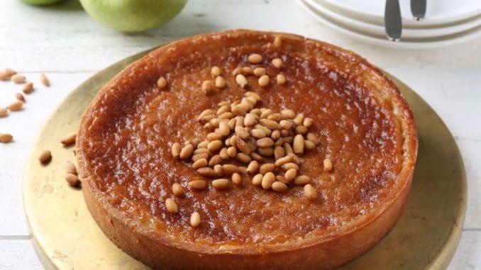 טארט דבש עם גבינת ריקוטה מתוקה וצנוברים - עוגה עשירה, לא מתוקה מדי
