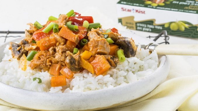 זורים פטרוזיליה או בצל ירוק, ומגישים על מצע של אורז לבן