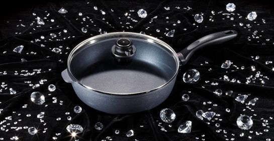 שילוב בין יציקת אלומיניום לבין ציפוי נון-סטיק המשלב יהלומים כדי להוליך חום באופן הטוב ביותר