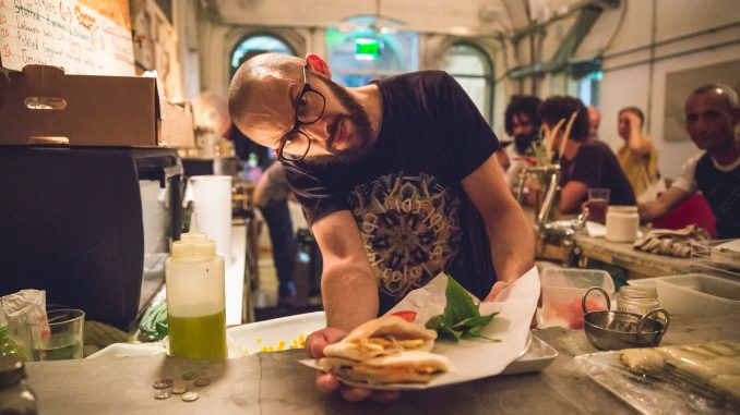הברמן המבשל יאסר עיסא - מכוכבי הפסטיבל
