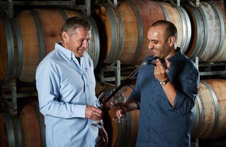 את תהליך הפקת היין מובילים הייננים גיל שצברג (משמאל) וקובי ארביב