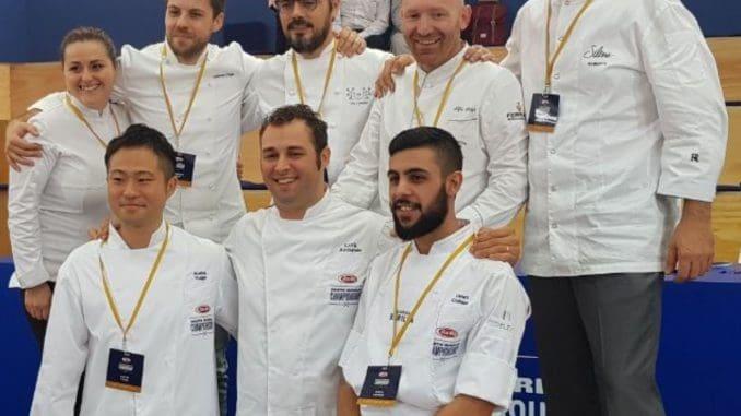 שף עומרי כהן (למטה מימין) עם מתמודדים בתחרות