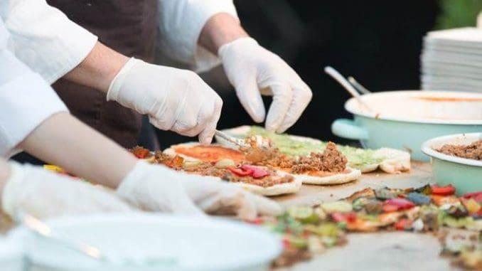 שטייניץ אוהב סגנונות בישול אתניים, אשר מוצרי היסוד וצורת הבישול האופייניים להם מתאימים לדבריו למטבח הכשר