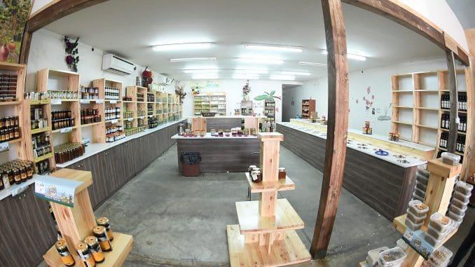 במרכז המבקרים ניתן יהיה לקנות גם שמני זית כתית מעולה, זיתים כבושים, טחינה, חליטות תה גלילי ודבש