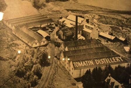 המזקקה קרויה על שם הכפר טומאטין, בו היא ממוקמת ופועלת מאז שנת 1897