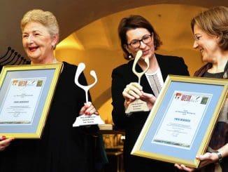 מקבלות את הפרס: רנה זלצמן (משמאל) ואווה ראפס (מימין). במרכז רומנה אשנספרגר, Master of Wine