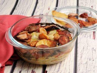 מסירים את נייר האלומיניום, מוסיפים את קונפי השום ומחזירים לתנור למשך 20 דקות, עד שקצה תפוחי האדמה ישחים