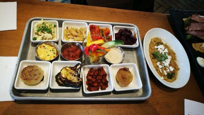 הבראנץ' נפתח בטחינה חריפה, סלט ביצים, קולרבי, פילפלים, חצילים עם גבינת פטה, ועוד ועוד – טריים וטעימים