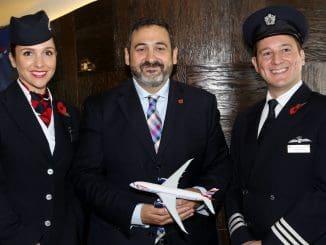 אלכס כרוז עם הדיילת ליסה אלן והטייס אנדרו צוקר