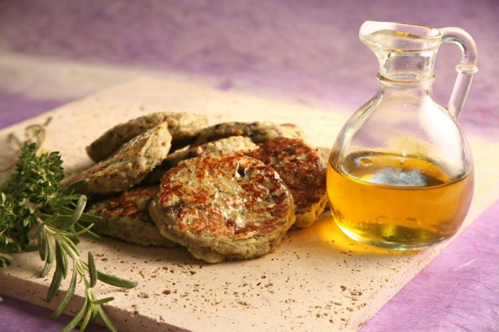 מוסיפים קמח, ביצים, ואת טבליות הפטרוזיליה, כוסברה והבצל המטוגן