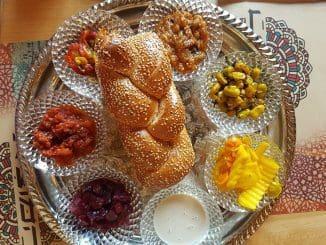 הארוחה בהמוציא מתחילה עם אפריטיף - סינייה של סלטים ולחם