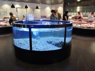 במרכז החנות אקווריום עם לובסטרים חיים שניתן לרכוש הביתה או לאכול במקום