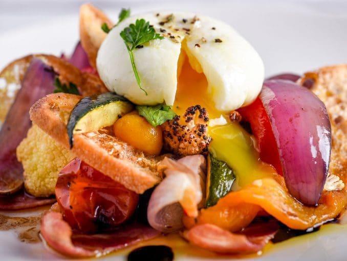 סלט אל פורנו -ירקות צלוייםבטאבוןעל חזה אווז מעושן וביצה עלומהבוינגרטחרז ספרדי