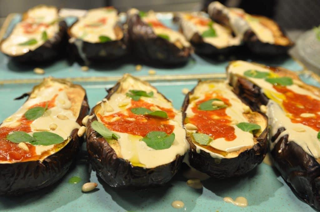 חצילים אפויים עם טחינה ורוטב ארביאטה. בישול וצילום איריס לוי
