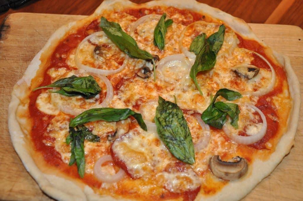 מוציאים את הפיצה מהתנור ומוסיפים את גבינת המוצרלה. אופים עוד כ- 7 דקות או עד שהגבינה נמסה