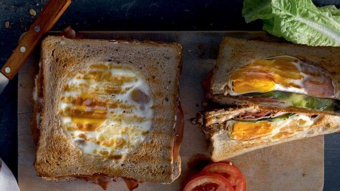מניחים על החסה עוד 3 פרוסות מורטדלה ומעל את פרוסת הלחם עם החור, כשהצד המרוח במיונז כלפי מטה