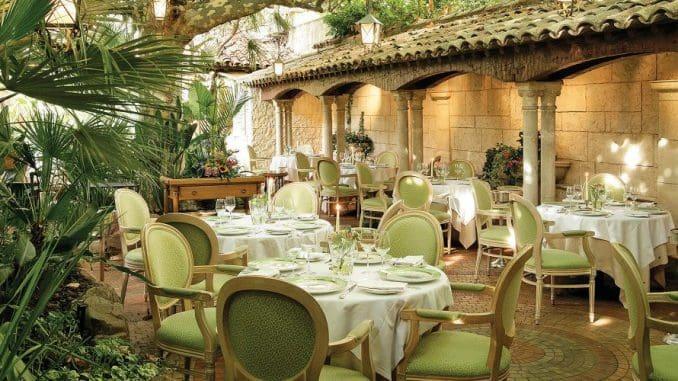 """""""המסעדה הטובה ביותר בקאן והסביבה היא ל'אוזיס (L'Oasis), מסעדת רלה-א-שאטו בעלת שני כוכבי מישלן"""""""