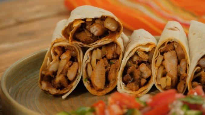מניחים בכל טורטייה 2 כפות שווארמה. מוסיפים טחינה, עמבה ופטרוזיליה