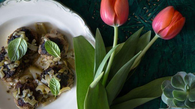 מוסיפים את הרוטב ללביבות ומבשלים כ-10 דקות, עד שהרוטב מסמיך